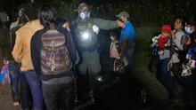 Cruces de migrantes en Roma, Texas, se reactivan: cientos de personas llegaron por este punto en una sola noche