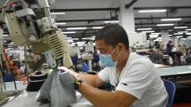 Gavin Newsom firma nueva ley con la que busca proteger a todos los trabajadores de la confección