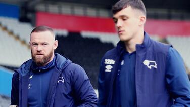 Rooney, DT del Derby County, lesiona a su estrella... ¡entrenando!