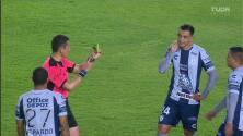 ¡Expulsión! El árbitro saca la roja directa a Luis Chávez.