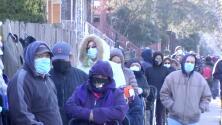 A pocos días de Navidad, cientos de personas hacen largas filas en La Villita para recibir cajas de comida