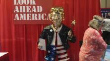 Escultura dorada de Trump se roba la atención en la Conferencia Conservadora de Acción Política