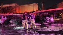Investigan el incendio de cinco vehículos en un complejo de apartamentos en el suroeste de Houston
