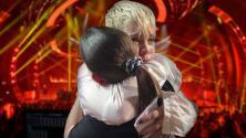 Esta fan perdió a su madre recientemente y su ídolo detuvo un concierto para consolarla