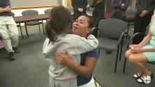 El emotivo reencuentro de una madre con su hija de 8 años tras casi dos meses de separación forzosa