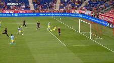 ¡Se pierde el primero! Daniel Gazdag falla una clara de gol solo frente al portero