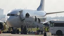Deportan en varios vuelos a inmigrantes que permanecían bajo el puente en Del Río, Texas