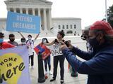 Con mascarillas y nerviosismo, los dreamers esperarán fallo sobre DACA frente a la Corte Suprema