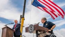 """""""Insistió en la necesidad (...) de continuar la construcción del muro"""": Trump visitó la frontera entre Texas y México al lado de Greg Abbott"""