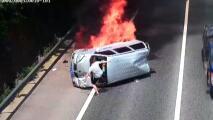 Graban el momento en que un hombre salva a los pasajeros de un auto en llamas que perdió el control