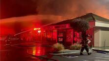 Incendio arrasa con zona comercial que alberga seis negocios en Mountain View