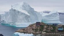 Mira el gigantesco iceberg que amenaza a un pequeño poblado de Groenlandia