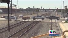Evita riesgos al cruzar las vías del tren