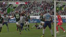 Penal grosero, amonestación y el Schalke 04 pone el 1-1 en el marcador ante el Wolfsburg