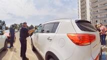 El momento en que policías rescatan a una bebé de un automóvil caliente