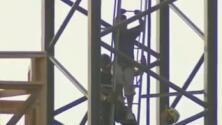 Rescatan a mujer atascada en la parte superior de una grúa
