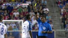 Tarjeta amarilla. El árbitro amonesta a Ever Alvarado de Honduras