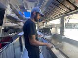 ¿Piensas qué hace calor? Imagina trabajar dentro de un carrito de comida