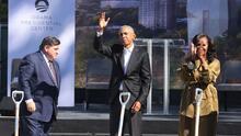 En medio de protestas a favor y en contra, Obama inaugura construcción de biblioteca que llevará su apellido