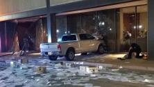 En video: Estrellan una camioneta contra una estación de TV en Dallas