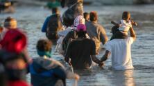 """""""No ha parado y esto va a seguir"""": continúa el cruce de inmigrantes en la frontera sur de México"""