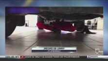 Esta joven hace un limbo sensacional: por debajo de un auto y con una bandeja con tragos