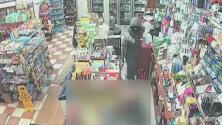 Autoridades buscan a sospechosos de asaltar una bodega a mano armada en El Bronx