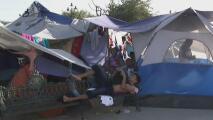 Cientos de migrantes permanecen en carpas improvisadas en Reynosa, México, mientras esperan asilo