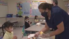 """""""Todo texano tiene derecho a decidir si usará un cubrebocas"""", la respuesta de Abbott a la petición de maestros de imponer un nuevo mandato"""