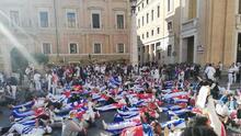 """""""Francisco escucha Cuba está en la lucha"""": cientos de cubanos manifiestan en el vaticano"""