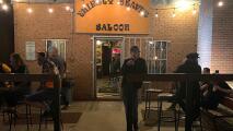 Leyenda del rock se toma una cerveza en un bar de Charlotte sin que nadie lo reconozca