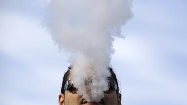 El vaping y los cigarrillos incrementan entre los jóvenes las probabilidades de infectarse por coronavirus, según estudio