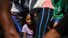 Bajo vigilancia y con un calor infernal, caravana de migrantes sigue viaje hacia Ciudad de México