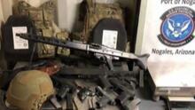 Decomisan rifles de asalto escondidos en un automóvil en el puente internacional de Nogales