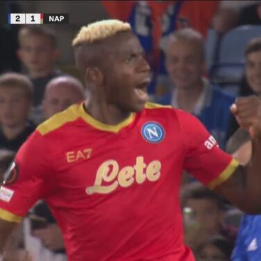 ¡Le hizo 'sombrerito' a Schmeichel! Osimhen da vida al Napoli con el 2-1