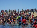 EEUU empezó la deportación de cientos de haitianos que esperaban bajo un puente en Texas