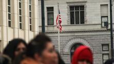 ¿En qué ayuda la contratación de nuevos jueces de inmigración autorizados recientemente?