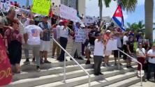 Así fueron las protestas del exilio cubano durante el juego de béisbol entre Cuba y Venezuela en Florida