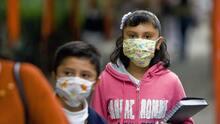 Piden al gobernador de Texas que permita a las escuelas exigir mascarillas para el regreso a clases