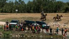 Estados Unidos comienza a deportar a cientos de migrantes haitianos abarrotados bajo un puente en Texas