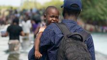 """""""Las condiciones son muy precarias"""": miles de migrantes haitianos acampan bajo un puente en Del Río, Texas"""