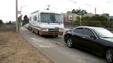 Proponen abrir un estacionamiento nocturno para desamparados en San Francisco