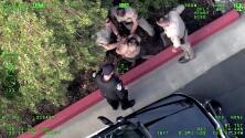 Ladrón de autos choca, huye del lugar y lo arrestan adentro de una coladera