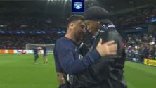 Abrazo entre Ronaldinho y Messi 'ilumina' el Parque de los Príncipes