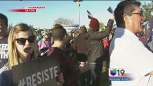 Manifestantes alzan la voz a las afueras del Foro de Inmigración en Sacramento