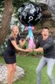 Adrian Uribe y su novia revelan el sexo de su bebé.png