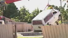 """""""El pie me patinó"""": un anciano pierde el control de su auto y termina dentro de la piscina de una casa"""