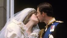 """'Cuento de hadas' malogrado por infidelidades y una tragedia: hace 40 años el mundo miraba la """"boda del siglo"""" del príncipe Carlos y Lady Di"""