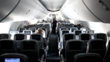Un pasajero de avión pide que le disparen y luego golpea, patea e intenta estrangular a un miembro de la tripulación