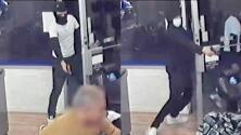 Sujetos se turnan para disparar a un hombre en una barbería del Bronx
